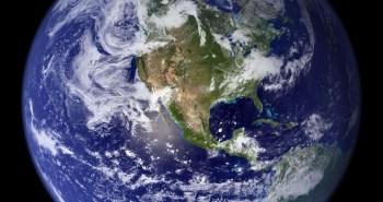 Αυτή η εντυπωσιακή εικόνα κυκλοφόρησε το 2002 και ήταν η πιο λεπτομερής έγχρωμη εικόνα ολόκληρης της. Οι επιστήμονες και οι γραφίστες χρησιμοποίησαν  όλες τις  δορυφορικές παρατηρήσεις της γης που είχαν γίνει μέχρι τότε.