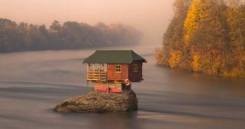 Ένα σπίτι στη μέση του ποταμού Drina κοντά στην πόλη Bajina Basta, Σερβία