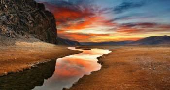 Τα ηλιοβασιλέματα στην έρημο Γκόμπι είναι πράγματι εντυπωσιακά. Γκόμπι. Η έρημος Γκόμπι είναι η πιο κρύα έρημος. Καταλαμβάνει τη νοτιοανατολική Μογγολία και τη Βόρεια Κίνα. Εκτείνεται από την ανατολή προς τη δύση σε μήκος 1.609 χιλιομέτρων και πλάτος 966, με υψόμετρο από 900 ώς 1.525 μέτρα. Άνυνδρη και απέραντη, η Γκόμπι, είναι ιδιαίτερα ελκυστική με τα μυστήρια και τους μύθους της.