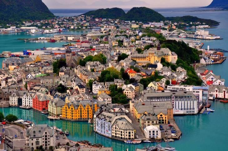 Alesund: Μία παραμυθένια πόλη στη Νορβηγία. Το πρώτο πράγμα που αναρωτιέσαι βλέποντας τη φωτογραφία είναι αν υπάρχει στ' αλήθεια αυτή η πόλη ή αν πρόκειται για μια μακέτα. Όλα τα κτίρια στο Alesund της Νορβηγίας είναι γεμάτα χρώματα, με πυργίσκους και άλλα ευφάνταστα στολίδια, που τα κάνει να μοιάζουν με καλλιτεχνικές δημιουργίες. Η μοναδικότητα και η ομορφιά της περιοχής έχει αναγνωριστεί και παγκοσμίως και η πόλη ανήκει στο ευρωπαϊκό δίκτυο της Art Nouveau.