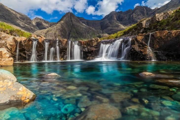 Ανάμεσα στους τεράστιους ορεινούς όγκους Cuillin στο Isle of Skye της Σκωτίας υπάρχει ένας μικρός υδάτινος «παράδεισος» που αποτελείται από πολλές γαλαζοπράσινες φυσικές «πισίνες», γνωστές με την ονομασία Fairy Pools.