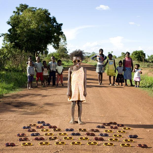 Παιδιά απ' όλο τον κόσμο ποζάρουν με τ' αγαπημένα παιχνίδια τους