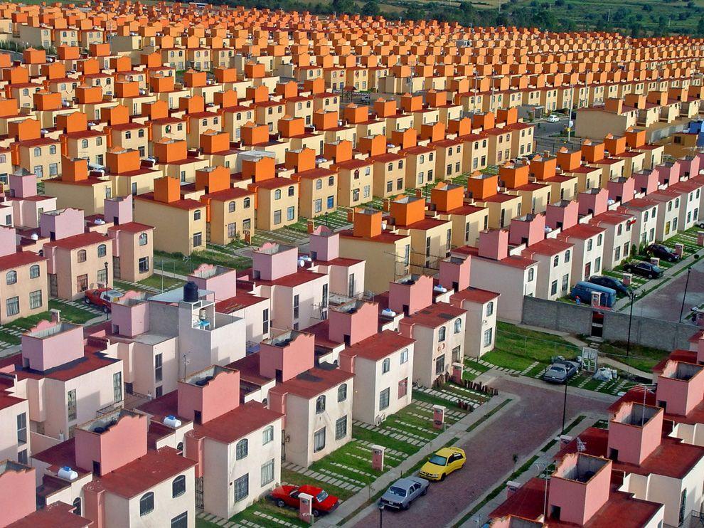 Το συγκρότημα κατοικιών San Buenaventura , το οποίο βρίσκεται στο Ixtapaluca, στα ανατολικά προάστια της πόλης του Μεξικό.