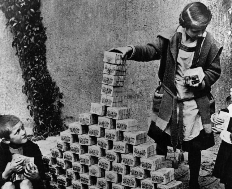 Μια εικόνα από την περίοδο 1921-1923 που απεικονίζει με ακρίβεια τον υπερπληθωρισμό στη  Γερμανία. Τα παιδιά παίζουν με γερμανικά χαρτονομίσματα που δεν είχαν τότε σχεδόν καθόλου αξία. Στην κορύφωση του υπερπληθωρισμού, το 1 Αμερικάνικο δολάριο άξιζε όσο  4,2 τρισεκατομμύρια Γερμανικά μάρκα.