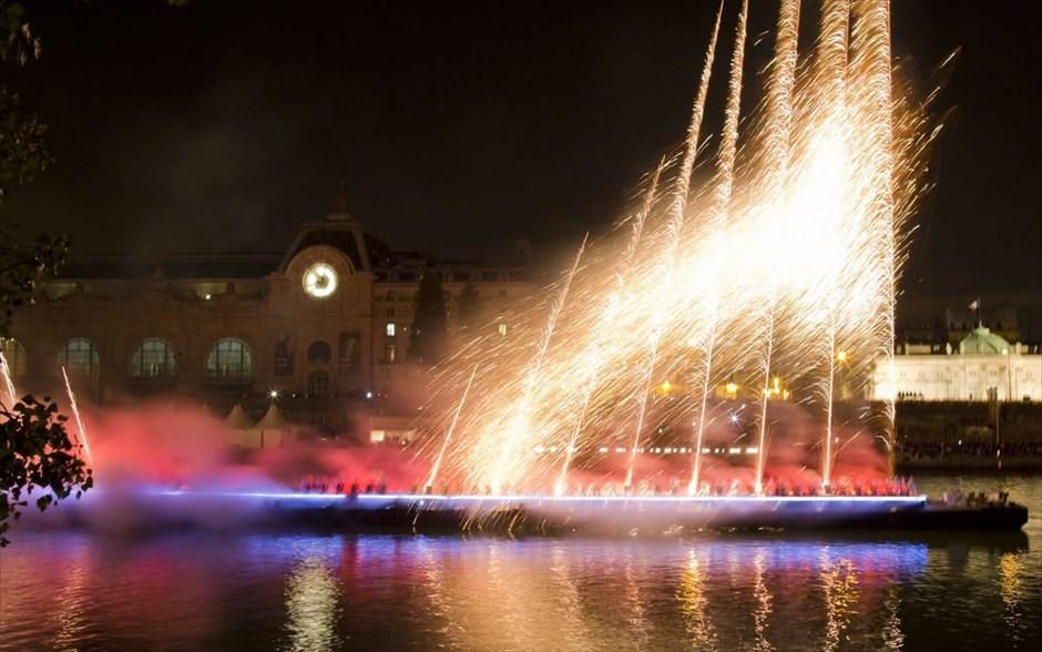 Το Μουσείο Ορσέ φωτίζεται από πυροτεχνήματα στο πλαίσιο εικαστικού δρώμενου με τίτλο «One night stand» του κινέζου καλλιτέχνη Cai Guo-Qiang για το φεστιβάλ «Λευκή Νύχτα» που λαμβάνει χώρα στο Παρίσι.