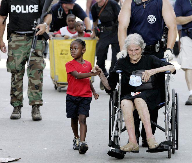Ο πεντάχρονος Tanisha Blevin κρατάει το χέρι της Nita LaGarde, 105 χρόνων. Η φωτογραφία είναι από την εγκατάλειψη του συνεδριακού κέντρου στη Νέα Ορλεάνη λόγω του τυφώνα Κατρίνα.