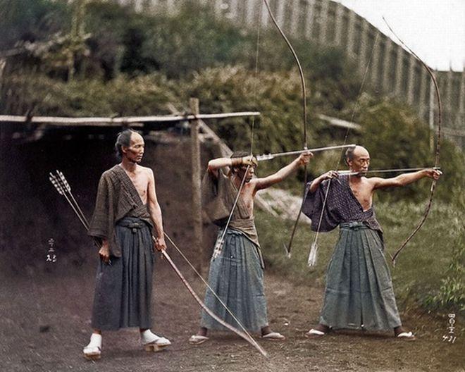 Ιάπωνες τοξότες γύρω στο 1860 (στη φωτογραφία έχει προστεθεί χρώμα)