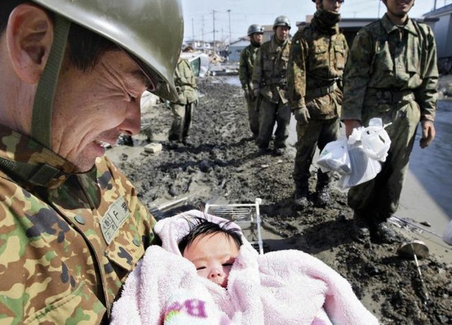 Η διάσωση ενός κοριτσιού ηλικίας μόλις 4 μηνών από στρατιώτες, μετά τις καταστροφές που έπληξαν την Ιαπωνία πέρυσι.