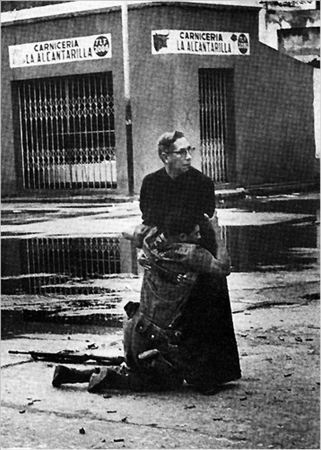 Ο ιερέας στο ναυτικό, Luis Padillo, δίνει την τελευταία μετάληψη σε στρατιώτη που τραυματίστηκε από πυρά ελεύθερων σκοπευτών κατά τη διάρκεια εξέγερσης στη Βενεζουέλα