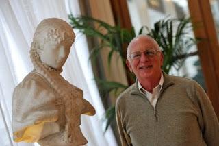 Αυθεντία στην οικονομία της αρχαίας Αθήνας  θεωρείται ο ιστορικός και επιχειρηματίας,  καθηγητής στο Πανεπιστήμιο της Πενσιλβάνια,  Έντουαρντ Κοέν που επισκέφθηκε την Ελλάδα  προ ημερών για να δώσει διάλεξη