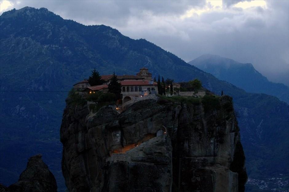 Απόγευμα στα Μετέωρα. Το μοναστήρι της Αγίας Τριάδας.