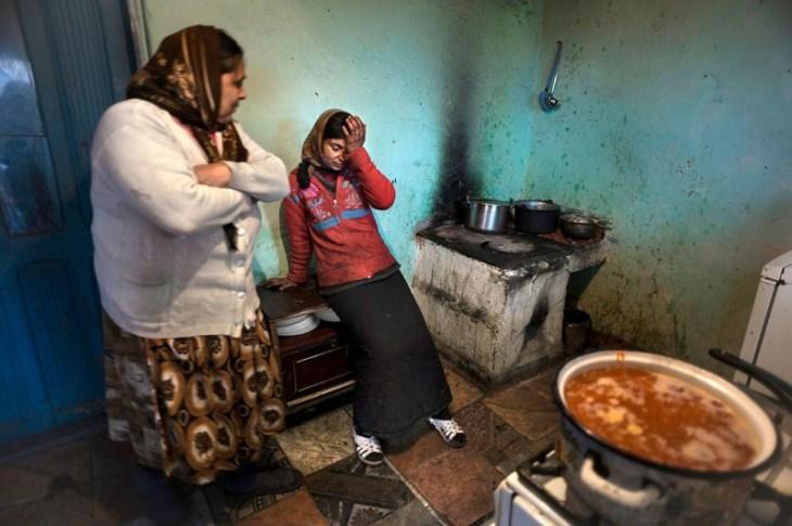 Η 31χρονη Βιολίκα Γκούλιε σταματάει το μαγείρεμα της σούπας για την οικογένεια λόγω των πόνων στο στομάχι της. Η ίδια πάσχει από γαστρίτιδα και και δεν έχει καθόλου χρήματα για να κάνει θεραπεία. Το σπίτι της οικογένειας δεν έχει τρεχούμενο νερό και τουαλέτα ενώ όλοι ζουν με τον φόβο της έξωσης στην Σλατίνα της Ρουμανίας.