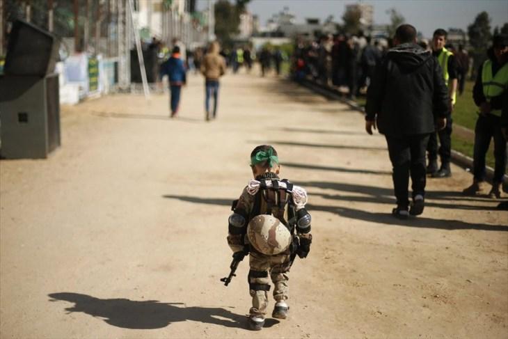 Ένα μικρό αγόρι, ντυμένο με στρατιωτικά ρούχα, συμμετέχει σε τελετή αποφοίτησης για νεαρούς Παλαιστίνιους που εκπαιδεύονται σε στρατόπεδο της Γάζας, το οποίο έχει δημιουργηθεί και διοικείται από τη Χαμάς με στόχο την προετοιμασία των εφήβων για την αντιμετώπιση «πιθανής ισραηλινής επίθεσης».