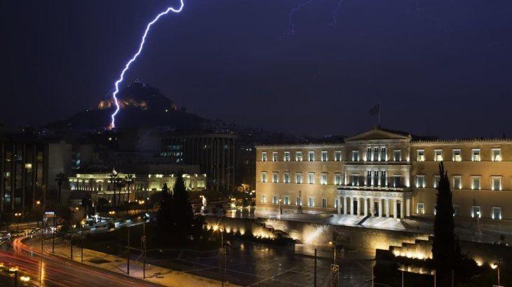 Καταιγίδα πάνω από τη Βουλή.