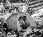 Η αγάπη όλα τα νικάει: το φιλί μεταξύ προσφύγων