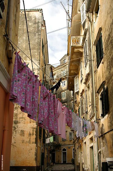 Κέρκυρα: Πολύχρωμες μπουγάδες ζωντανεύουν τα καντούνια
