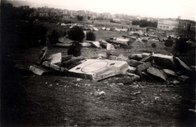 saloniki-greece-1945-broken-gravestones-in-the-destroyed-jewish-cemetery-2