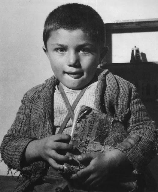 Δ. Χαρισιάδης, παιδί με αλφαβητάρι. 1951.