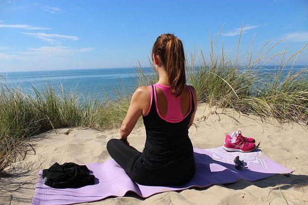 海辺でヨガをする女性