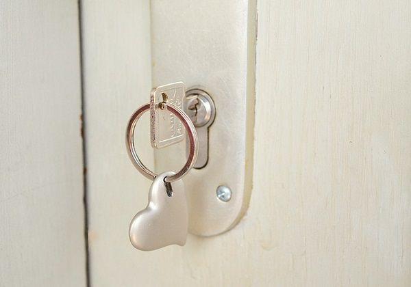 カギのささったドア