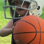 バスケットボールを持つ子供