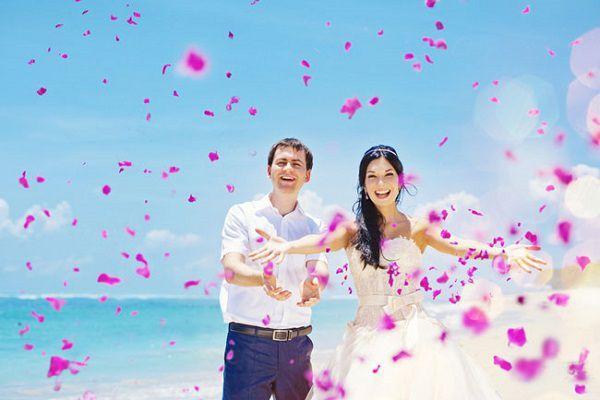 浜辺で結婚式のフラワーシャワー