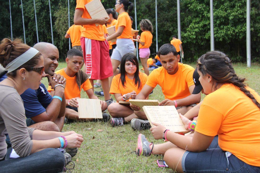 Hector Millan ofreciendo taller de team building en su programa Juventud A Otro Nivel