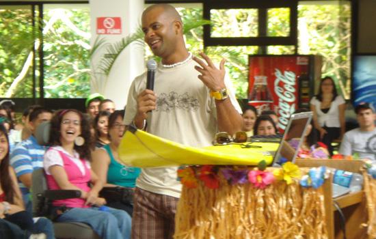Héctor Millan ofreciendo una conferencia de motivación a los estudiantes de nuevo ingreso de la Universidad de Puerto Rico recinto de Cayey.