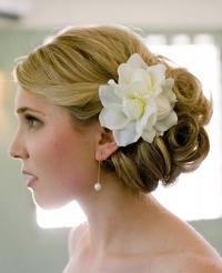 7 Ways to Wear Fresh Flowers In Your Wedding Day Hair