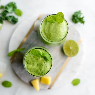 Green Refresh Smoothie- the perfect detox smoothie to get rid of unhealthy cravings! Only 150 calories and absolutely delicious!