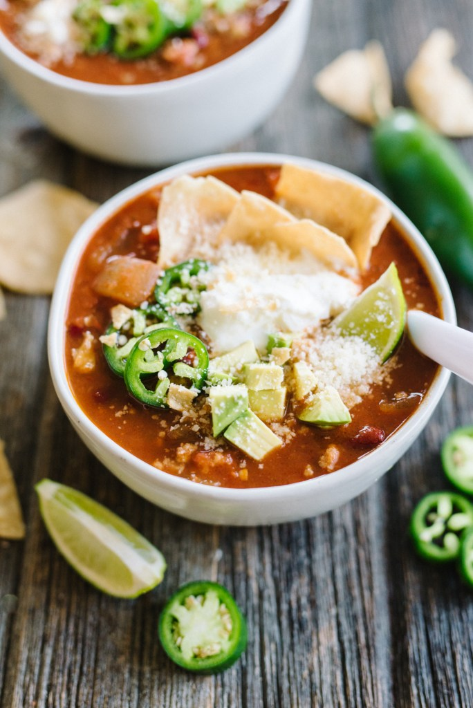 Healthy Weeknight Turkey Chili - easy, delicious, and healthy! Only 315 calories and packed with protein and fiber.