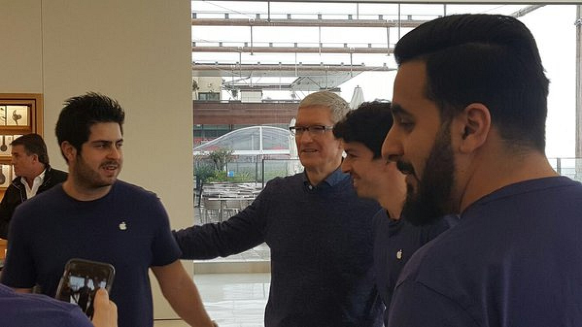 Apple Terrasse Du Port Marseille Tim Cook Drops In Unexpectedly At Apple Store In Marseille France