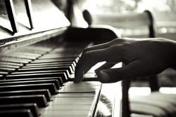 ... los pasos que debes seguir para aprender a tocar piano desde tu casa