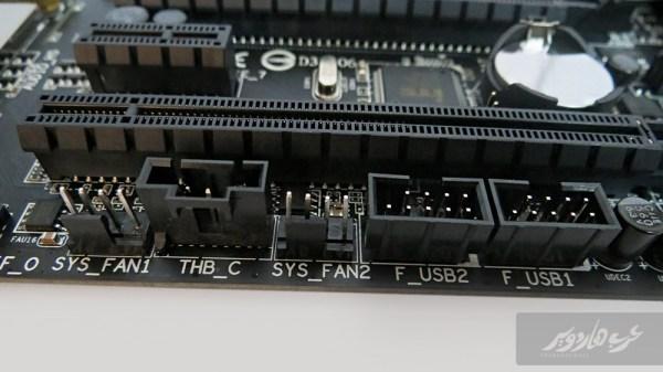 منافذ التوصيل USB على سطح اللوحة