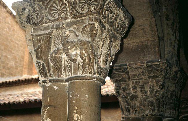 Bailarina en un capitel del claustro.