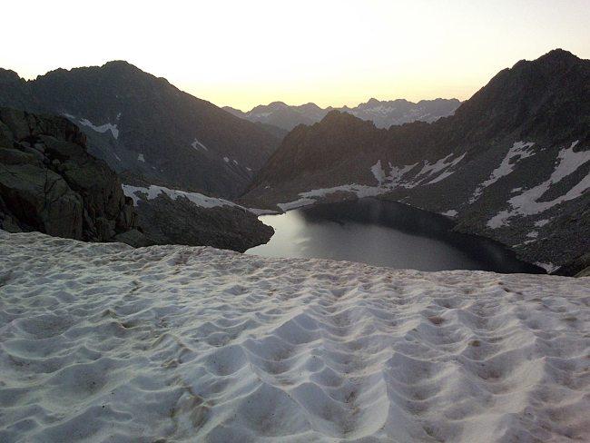 Amaneciendo en el collado a 2.700 metros de altitud (foto en carrera, GTAP 2014).