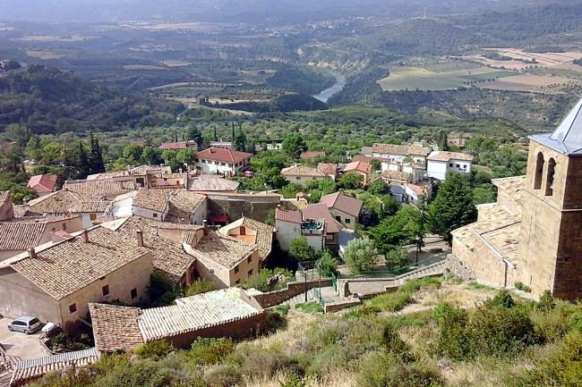 Vistas del pueblo desde los pies de los mallos, sobre la iglesia.