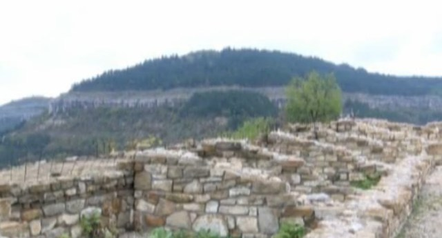 Conserved archaeological structures from the Trapesitsa Hill Fortress. Photos: TV grabs from BNT