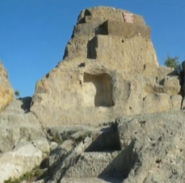 Structures from the Tatul Rock Shrine, an already well-known Ancient Thracian shrine in the Eastern Rhodope Mountains which also features pyramid-like structures. Photos: TV grabs from BNT 2