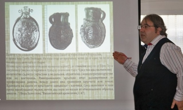 Burgas History Museum Director MIlen Nikolov shows images of the John the Apostle reliquary during his presentation on March 25, 2015. Photo by Top Novini Burgas