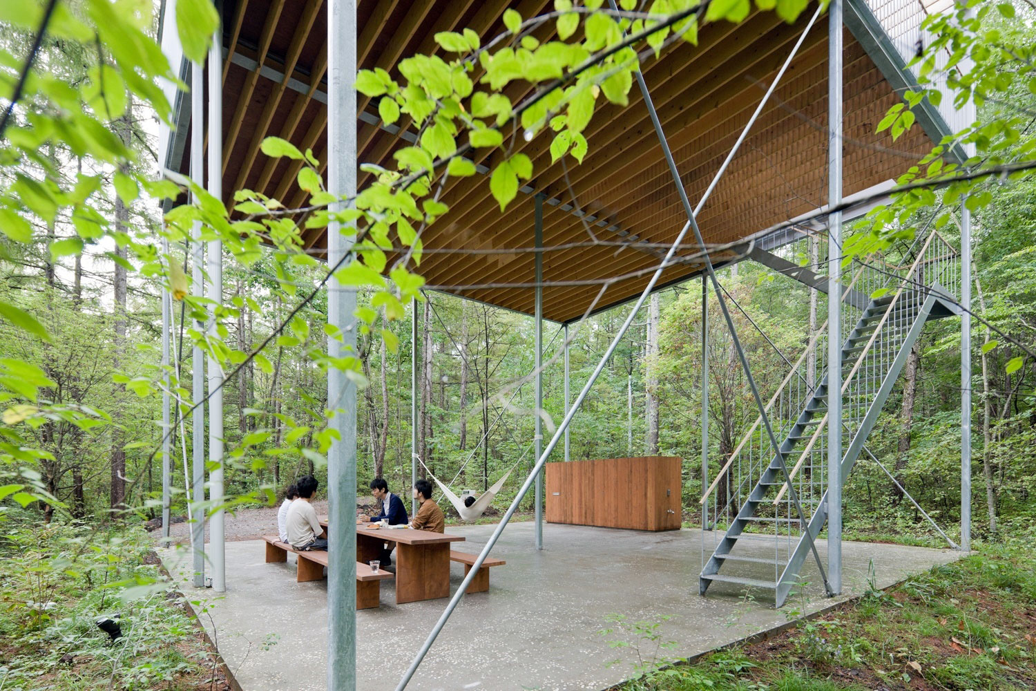 Pilotis in a forest house go hasegawa archeyes for Forest house