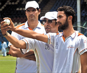 Wasim urges Pakistani bowlers to be aggressive