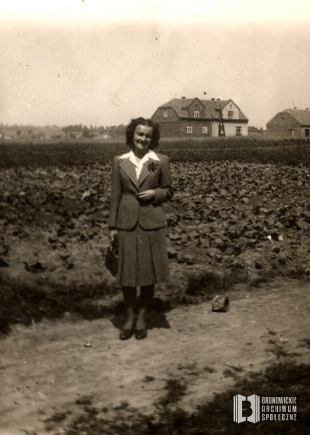1936 r. Ul. Przybyszewskiego (dawniej: ul. Łąkowa). Alojza Malina na tle pól uprawnych i zabudowań przy ul. Wesele. Autor: N/N. Ofiarodawca: Alicja Kulczycka.
