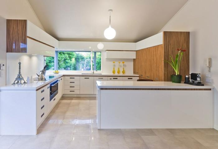 1-cuisines-blanches-avec-carrelage-beige-meubles-bancs-et-plafond