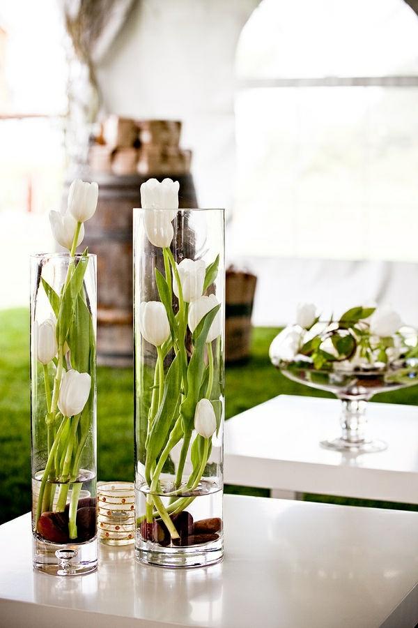 fantastische Idee für Dekoration mit Blumen - Tulpen in Gläsern - wohnzimmer deko ideen