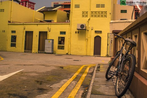Yellow house, bike, & street (Foto: Ardika Percha – Singapura, 2014)