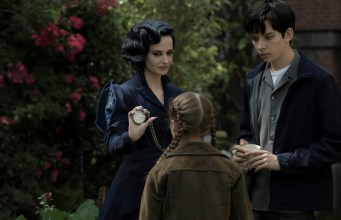 Miss Peregrine (Eva Green) demonstrates one of her many time-bending talents to Jake (Asa Butterfield) and Fiona (Georgia Pemberton)
