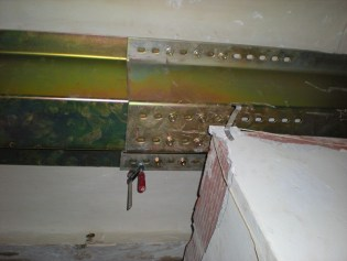 Detalle del refuerzo con viguetas de chapa de acero galvanizado