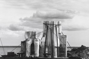 Сибилле Бергеман из серии «Памятник», 1975-1986 Ч/б фотография, 40,5 x 58 см Фото: Бернд  Борхардт  © Nachlass Sibylle Bergemann/Ostkreuz