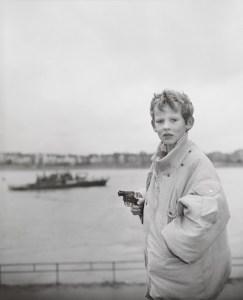 Андре Гельпке:  Мальчик с револьвером, Дюссельдорф, 1986. Ч/б фотография, 50 x 40,3 см © André Gelpke. Фото: Бернд  Борхардт